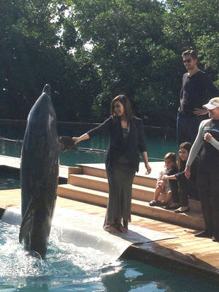Kim-Kardashian-and-Dolphin-422500918201294202