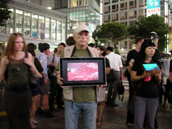 Ric O'Barry expose la brutalité des massacres de dauphins aux japonais. Crédits : Dolphinproject.net